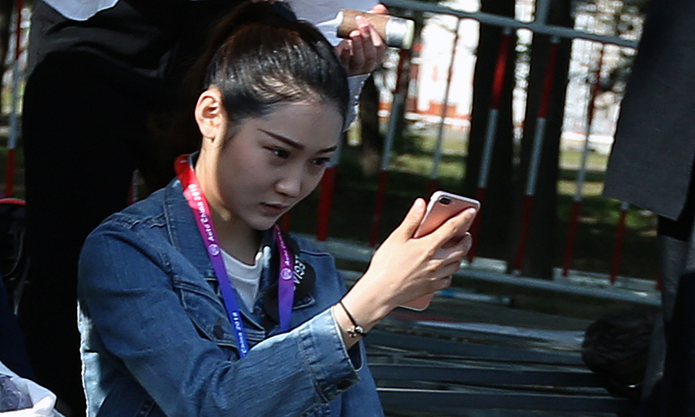 """北京国际车展开幕 礼仪街边""""扎堆儿""""化妆"""