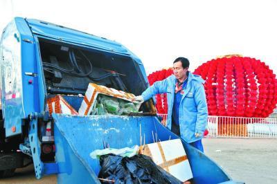 环卫工22年没回家过年:只为春节城市有个干净街面