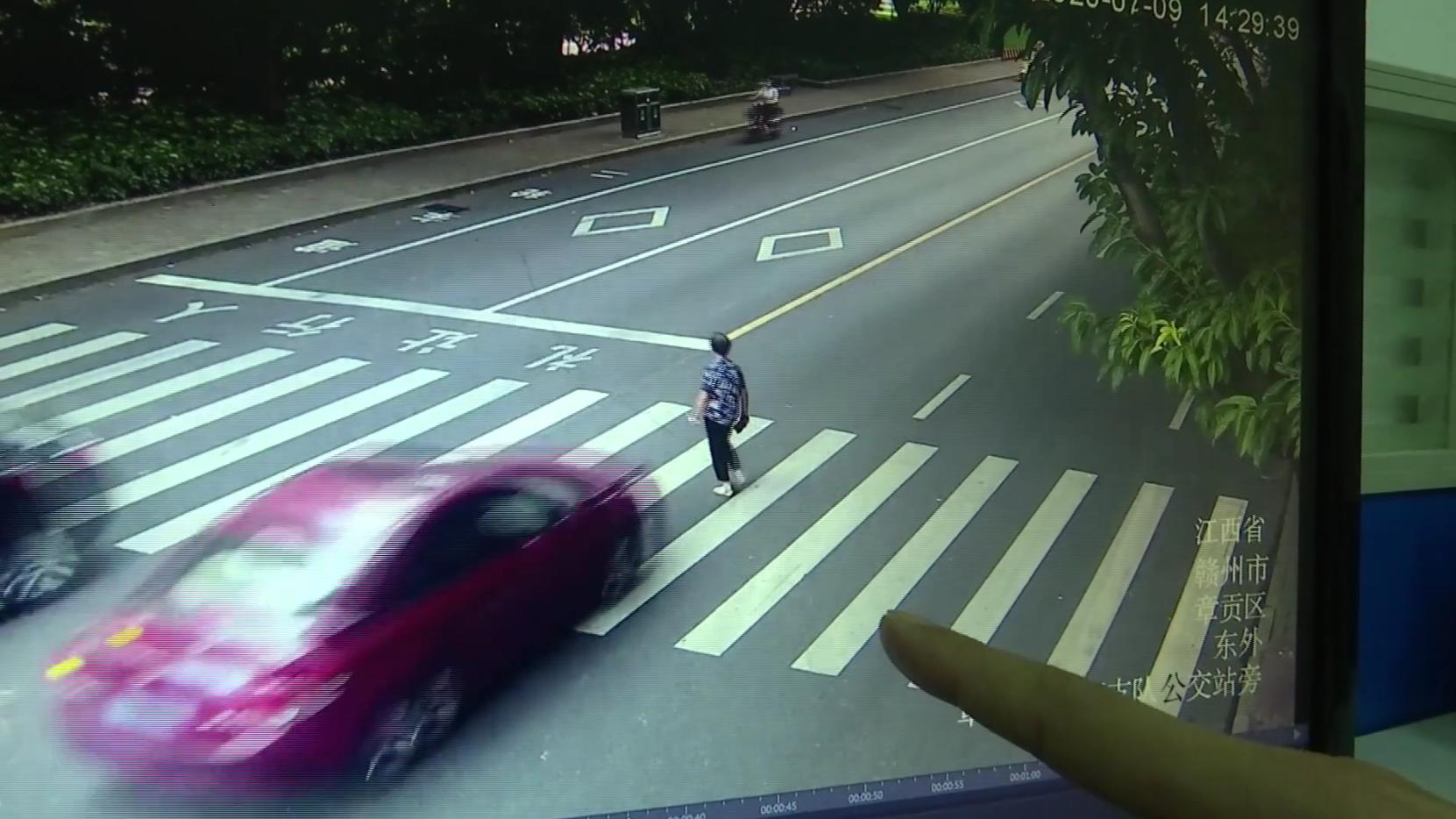 江西赣州:司机斑马线前未减速 撞上行人