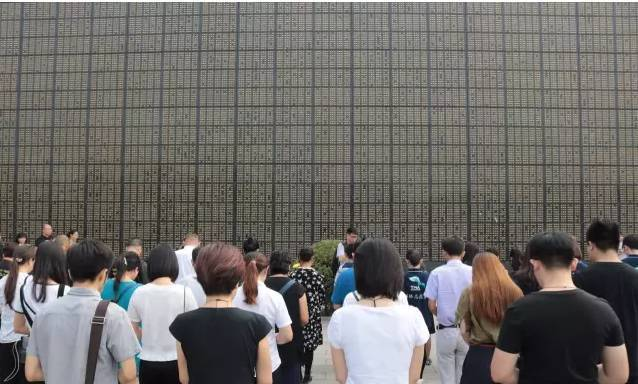 唐山抗震41周年纪念日向逝去同胞献花活动