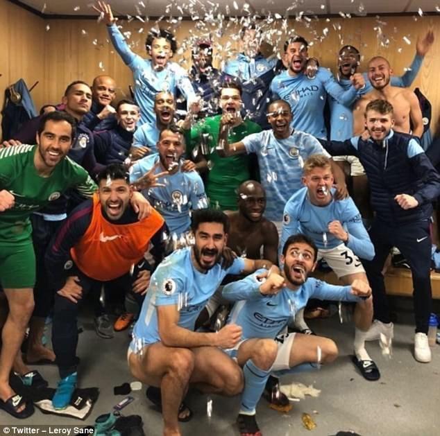 曼城球员疯狂庆祝引发双方球员走廊冲突,穆里尼奥被水瓶击中图片 79081 634x629