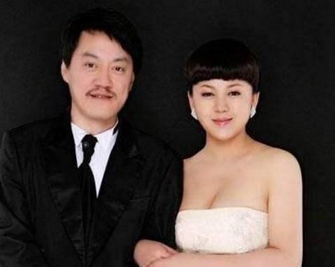 49岁雪村全家近照女儿像他们颜值逆天妻子身段发福成大妈!
