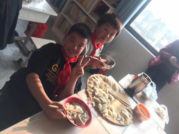 管城区八郎寨小学举行亲子包饺子活动
