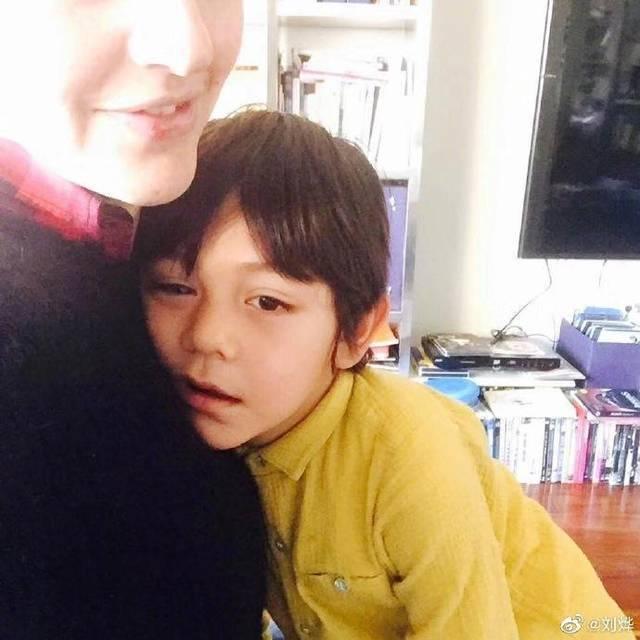 刘烨为儿子庆生不忘给妈妈拍条MV