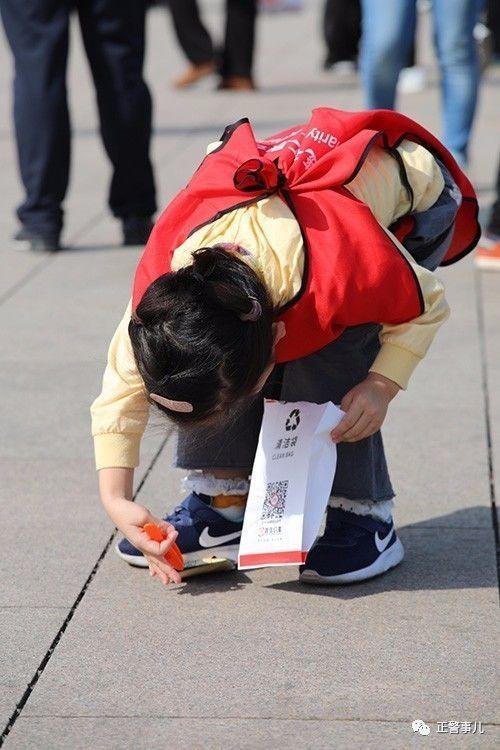 """亚虎娱乐平台:天安门广场最小""""战友"""":和警察爸爸同上岗"""