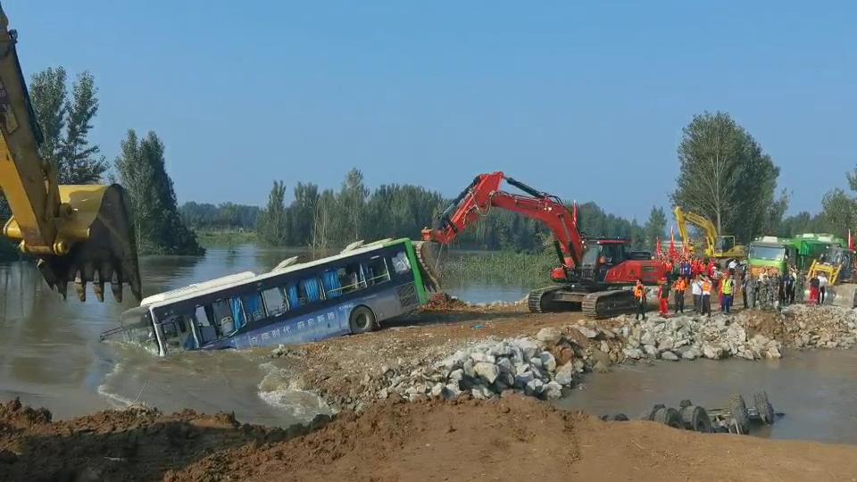 不放弃!河南卫河新镇镇河段决口封堵仍在继续