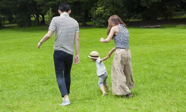 孩子是公婆带大还是父母,看这两点就知道