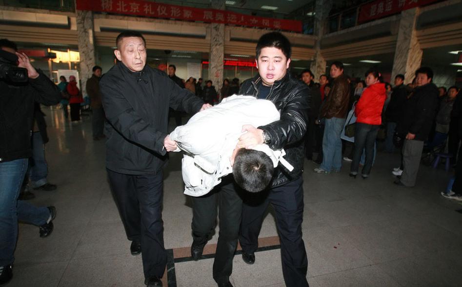媒体关注北京医院挂号奇景:板凳瓶子当替身排