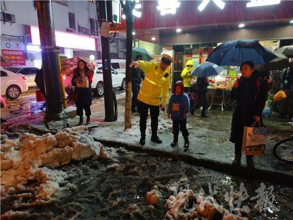 雨雪天男童不慎摔了一跤,结果妈妈不见了