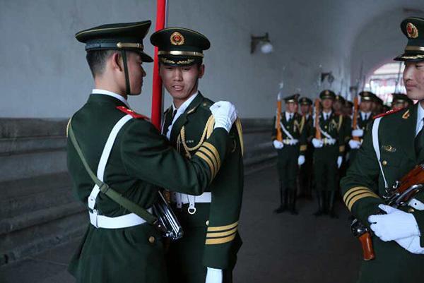 亚虎娱乐官网:天安门国旗护卫队:放蚂蚁练耐力