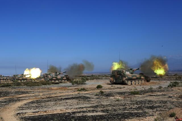 新疆军区装甲炮兵进行实弹演练 火炮齐射画面相当震撼