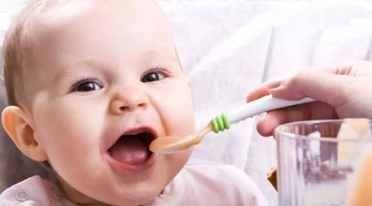 宝宝到了这个阶段,可以开始训练自主吃饭了,宝