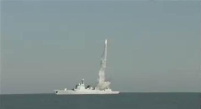052D昆明舰火力全开,首次见到前后三枚防空导弹连射