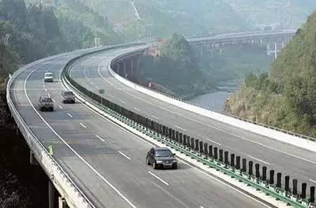 高速路上如何跟车才能把危险降到最低?
