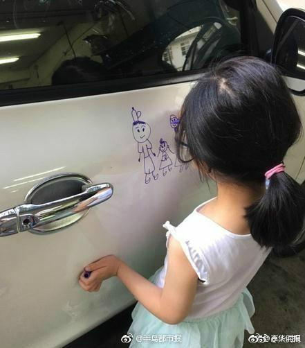 5岁女儿在车上画画萌到老爸:宁被开罚单也不擦