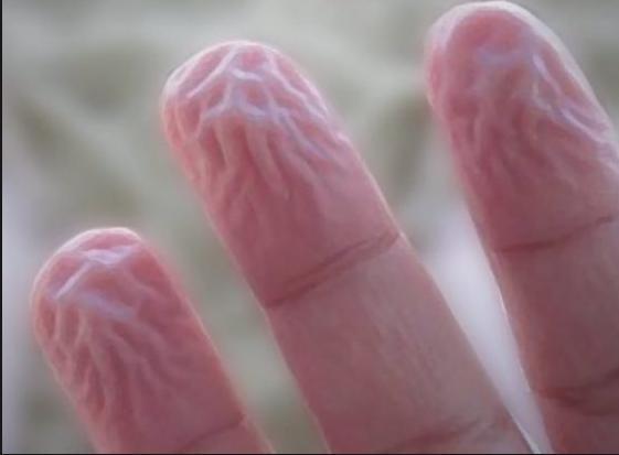 为什么手指在水里泡久了会皱?今天终于知道真相,听科学家怎么说