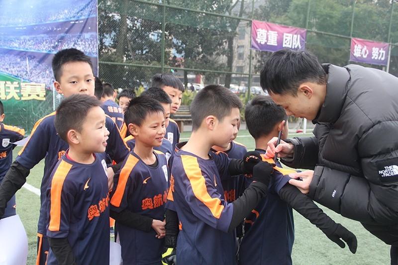 南充足球小將劉若釩2021年元旦回家鄉為小球員們