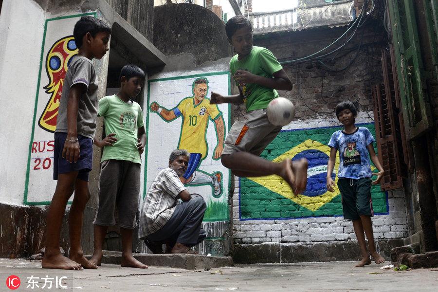 贫民窟的超级巨星 印度男孩效仿内马尔彩虹过人
