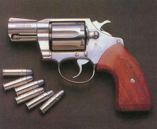 左轮手枪为什么要把弹孔设计成六个?