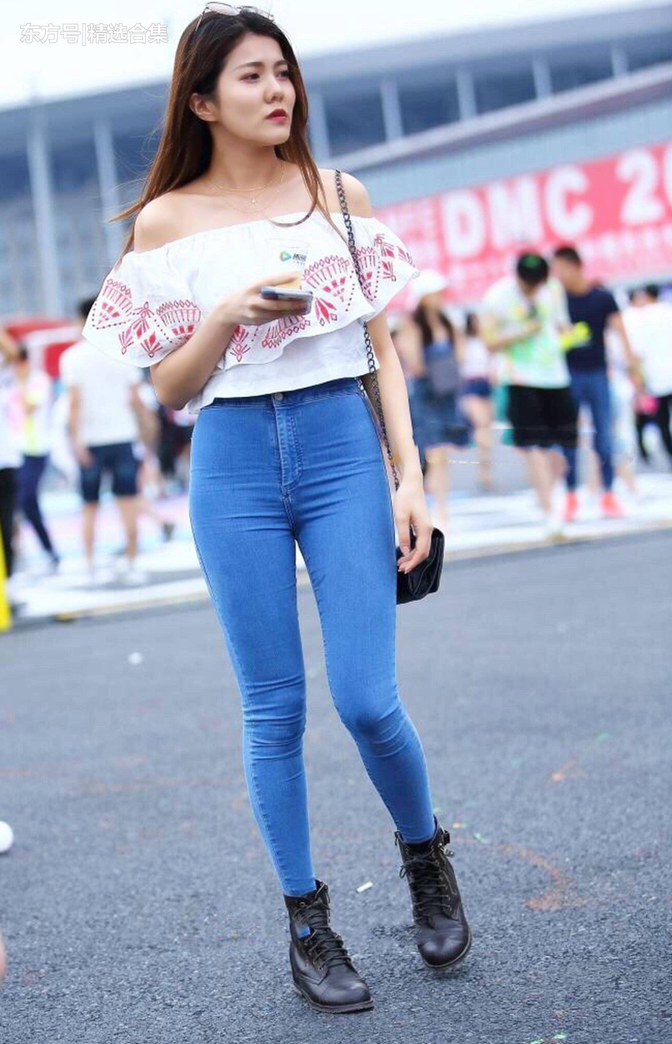 街拍:蓝色紧身牛仔裤搭配雪纺漏肩上衣,小姐姐