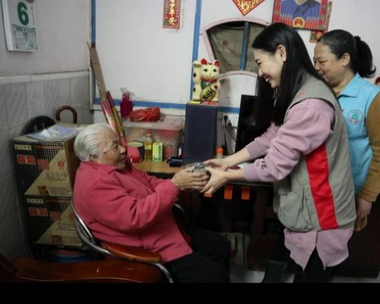星级志愿者班学生寒冬为老人送餐送温暖
