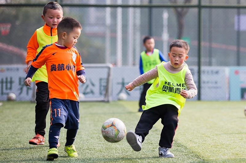 帶著興趣踢足球,綠茵場上英姿颯爽