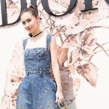 神仙姐姐刘亦菲穿这款背带牛仔裙搭配T恤,简直美出新天际了 时尚潮流 第2张