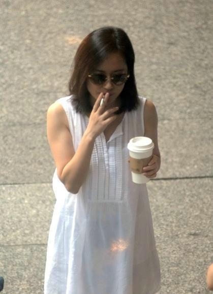 威尼斯人娱乐场开户:俞飞鸿吸烟相当美艳_而她抽烟让人看着厌恶