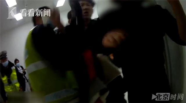 醉驾男子不断向女交警抛飞吻 女交警表情亮了...... - 周公乐 - xinhua8848 的博客